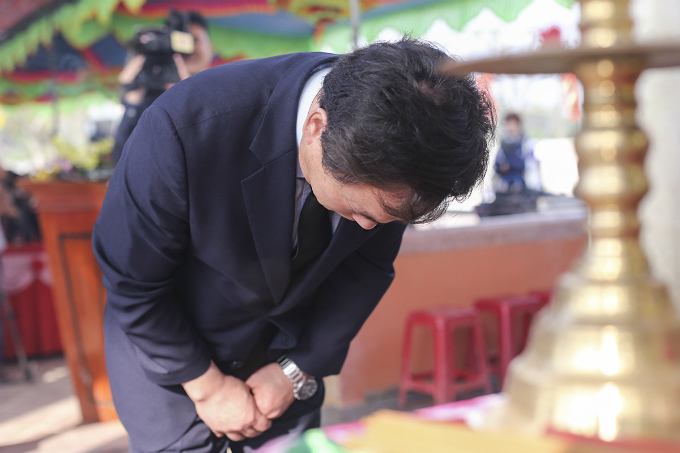 South Korean legislator Kim Hyun Kwon bows to the stele carrying the victims names.