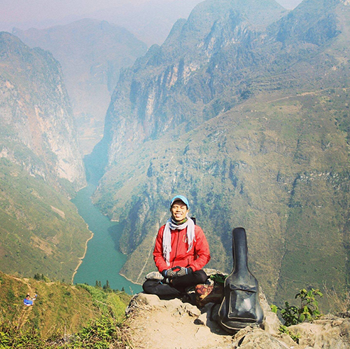 Ha at the north pole of Vietnam. After finishing the trip Ha made a new friend and they headed off together to Ma Pi Leng, one of the the most dangerous mountain passes in Vietnam. Photo provided by Ho Nhat Ha.