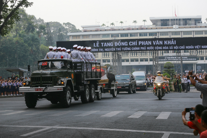 Vietnamese late PM Phan Van Khai is carried out of the Independence Palace in Ho Chi Minh City at 7:30 a.m. on Thursday for a ride home in Cu Chi District, where he will be buried next to his wife. Khai died at home on Saturday, aged 85. He served as prime minister from 1997 to 2006, and has been remembered as a reformist leader.