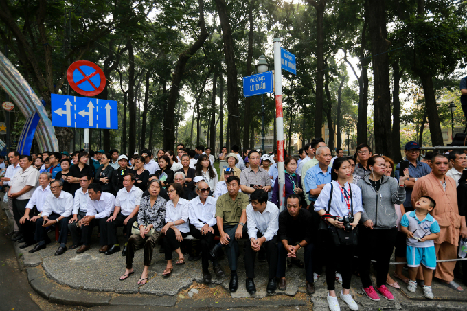 Many people gather along Le Duan and Nam Ky Khoi Nghia Streets outside the palace to say the last goodbye.