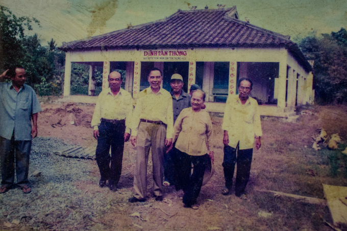 A photo at the temple shows Khai (R, 3rd), then a government leader, visits the temple in 2000. He was a very simple and loving person. He never showed off, Hung said. He was more than wonderful.