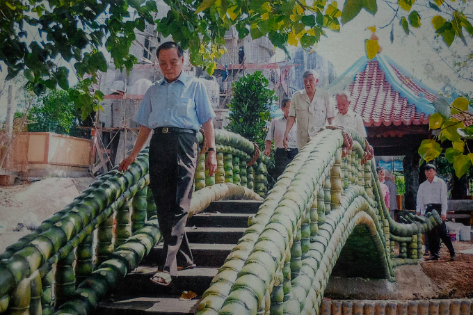 Khai brings former Party secretary Le Kha Phieu to visit the temple after it was restored.