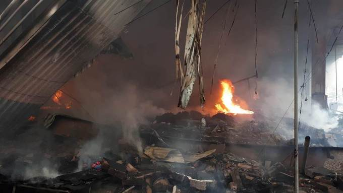 At around 2 p.m. on Saturday, a fire broke out at a stall in the Quang Market in Hanois Thanh Tri District and quickly spread to neighboring stalls, sending shopkeepers and customers fleeing in panic.