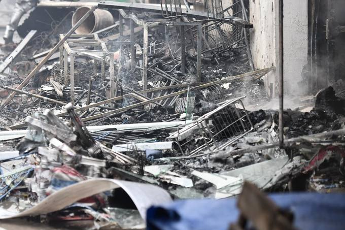 The fire was successfully contained by 3.30 p.m., but dozens of clothes and fruit stalls on the first floor had already been reduced to ashes.