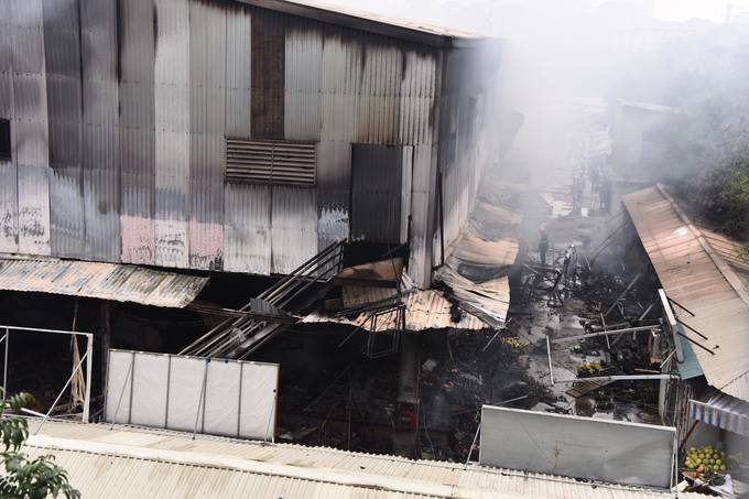 The fire started from a bedding stall on the first floor, according to Thanh Tri District police. While it was discovered early on, locals were unable to contain the fire as the bedding stalls owner had locked the door to go out for lunch, and the fire quickly spread to the neighboring votive paper stall.