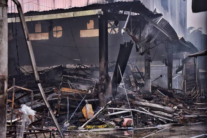 The fire started from a bedding stall on the first floor, according to Thanh Tri District police. While it was discovered early on, locals were unable to contain the fire as the bedding stalls owner had locked the door to go out for lunch, and the fire quickly spread to the neighboring votive paper stall. It did not result in any casualty while the proprietary damage is still being determined, according to local authorities.