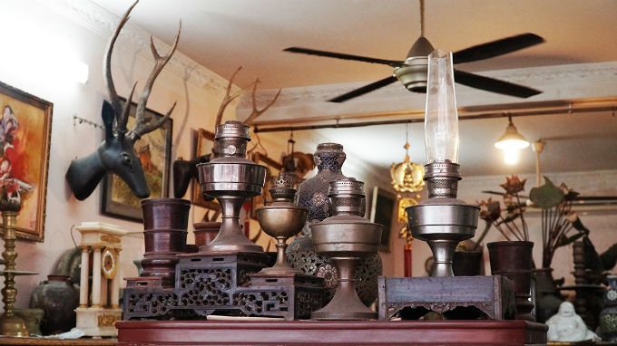Some shops specialize in copper antiques, some sell wooden products and some are experts at potteries.