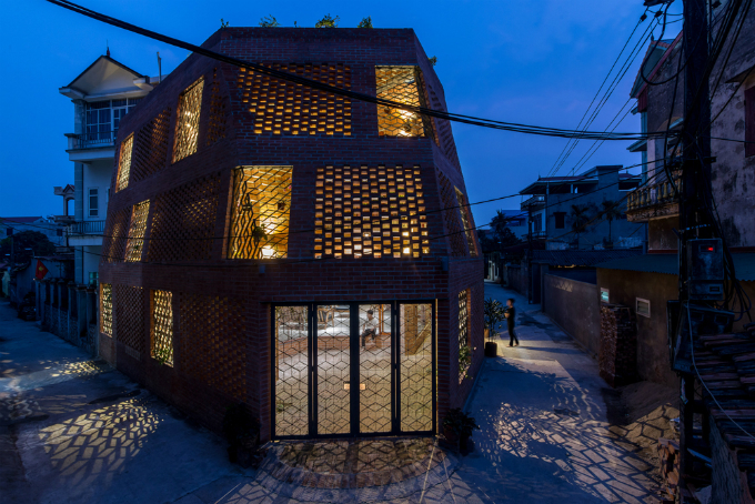 The house is designed to have two layers of walls with trees in between. The way bricks are arranged all over the house allow air, wind, and light come in and out in during the day and make the house look like a lantern at night. Photo by VnExpress/Nguyen Tien Thanh