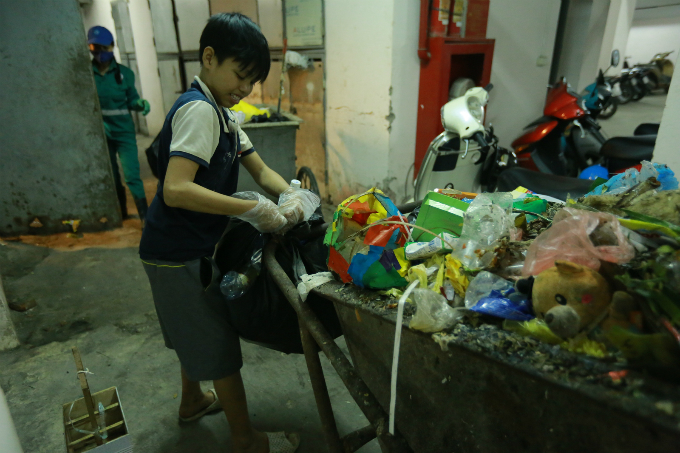 Minhs youngest son recycles the waste. Photo by VnExpress/Do Manh Cuong