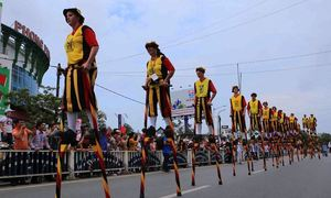 500 performers stir up Vietnam's Hue with colorful parades