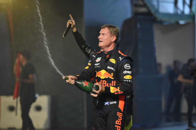 He also performs the champagne spraying, an activity usually done by the F1 races champions. It is said that F1 is negotiating to bring the race to Vietnam and if the plan is turned into reality, Vietnamese F1 racing lovers will no longer have to travel to Singapore and Malaysia to watch the race as currently.