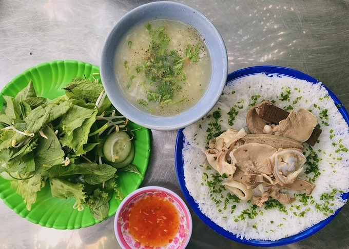 If you are on a budget and love pork, then fined rice vermicelli with pork intestine served with soup would be a great option for you during a rainy day.