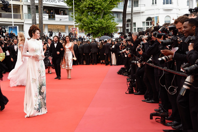 Ly Nha Ky wears a Vietnamese traditional dress ao dai designed by Dinh Van Tho as she poses on Cannes red carpet.
