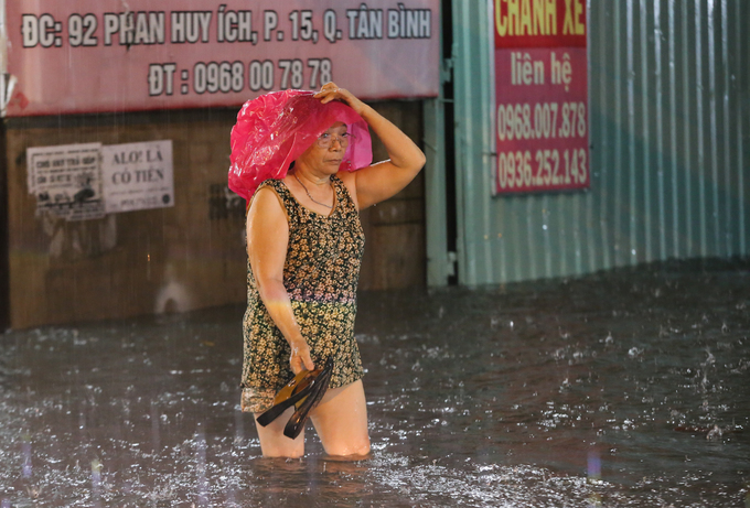 Watch Saigonese brave the elements during weekend downpour - 2