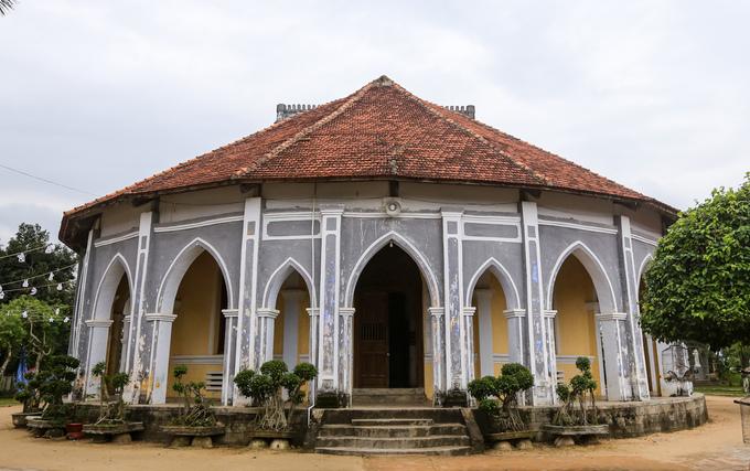 Behind the churchs façade.