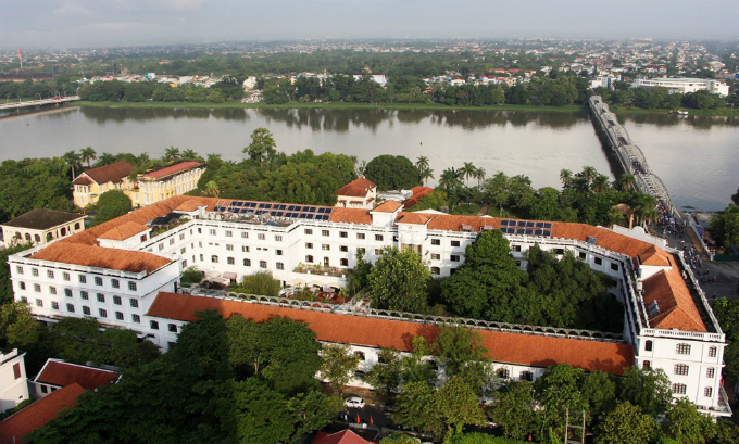 The Saigon-Morin was built in 1901 by a French businessman named Borgarde. Over the last century, it has changed hands several times, and was once used as the main office of Hue University and the Hue University of Sciences.