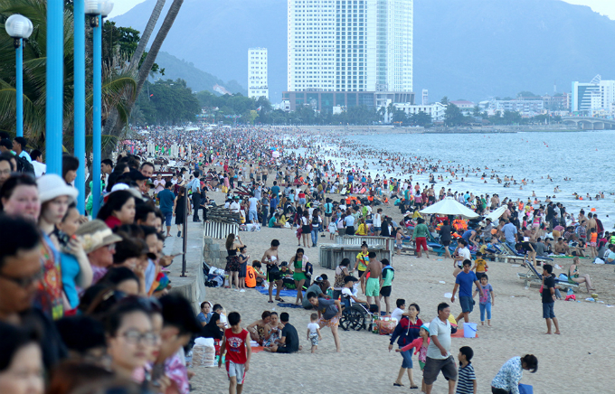 Tourists flock to Tran Phu beach in the coastal resort town of Nha Trang in central province of Khanh Hoa. Photo by VnExpress/Xuan Ngoc