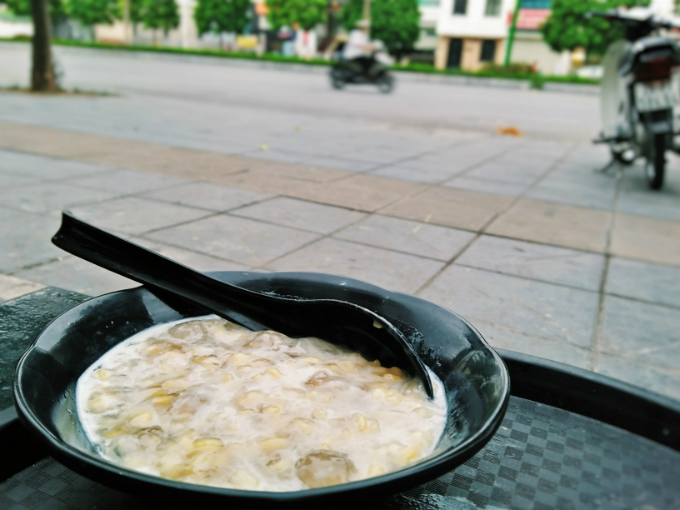 You can enjoy a bowl of Che buoi by a street stall.