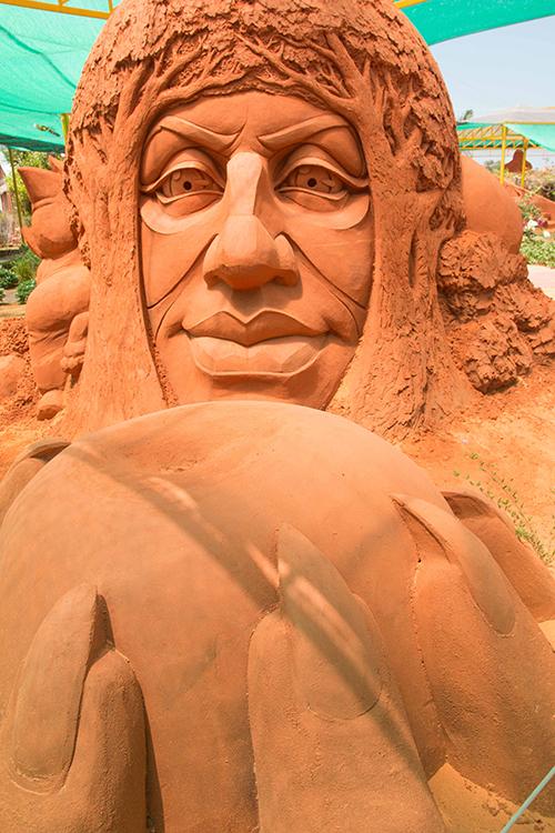 Vietnams first sand statue park tells stories - 7