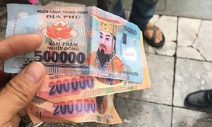 Foreign tourists in Hanoi received fake money from taxi driver: police