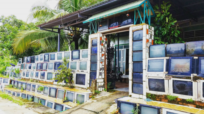 The stunning TV fence in Kien Giang Province, southern Vietnam. Photo posted on Facebook