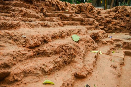 A land of stairs was unearthed. Photo: Da Nang News