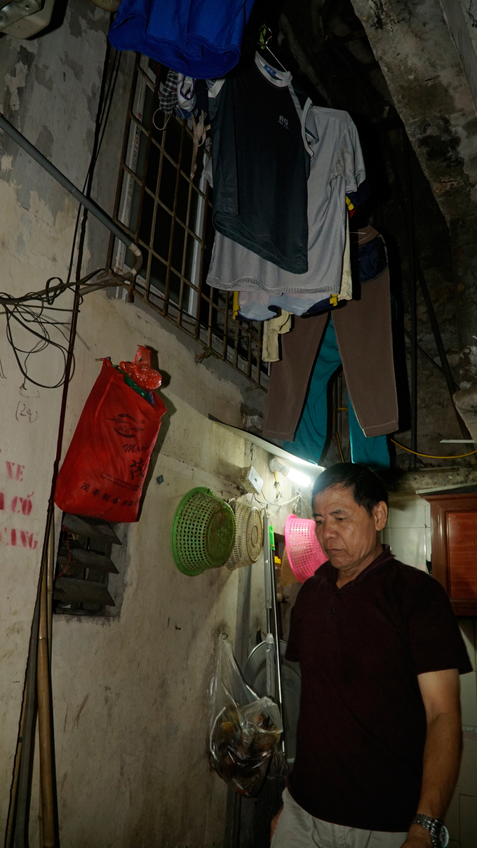 On sizzling hot days in Hanoi, soaked clothes can dry in two hours outside but would stay damp and smelly for 2-3 days in the house of Mai Van Khai, 60, resident of Gach alley. These narrow alleyways have existed for more than 50 years. I have been here for more than 20 years; three generations of our family are here, said Khai.