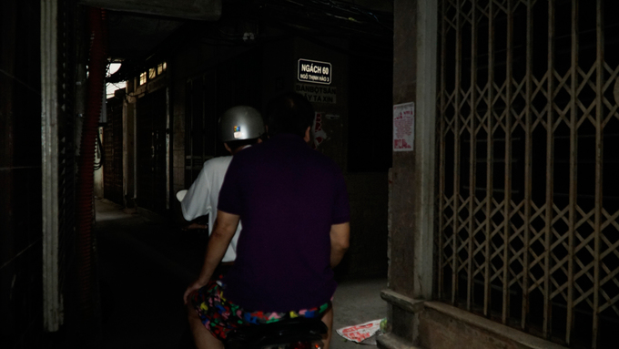 At almost 12 p.m in Thinh Hao 3 Alley, the sunlight barely comes through. The lane is not too narrow, but it is very dark due to protruding balconies.