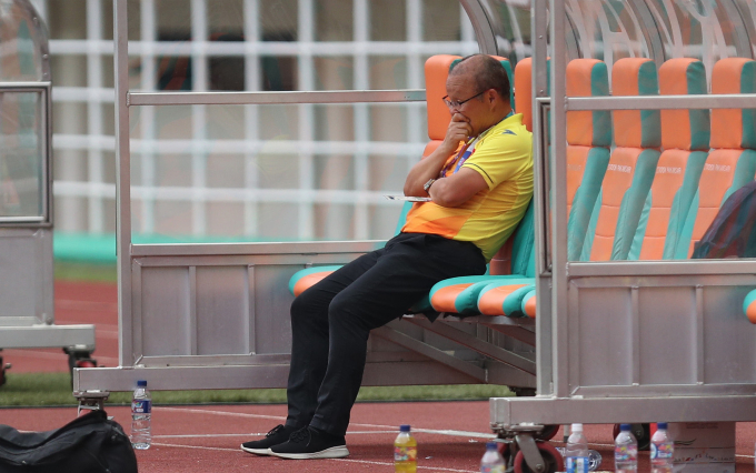 Vietnams coach Park Hang-seo sits by himself on the bench after his team lost the Asiad bronze match to UAE on Saturday.