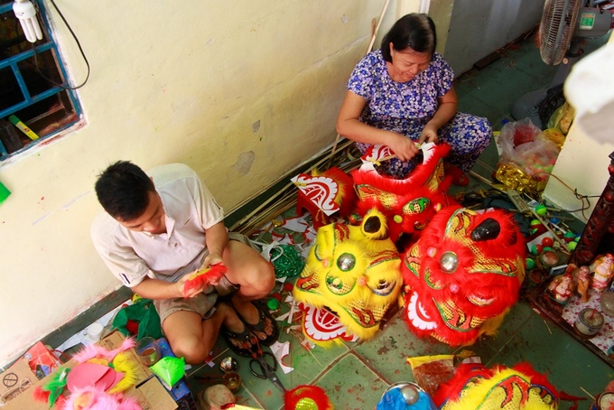 Lion costume makers have their hands full in central Vietnam - 7