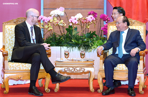 Vietnams PM Nguyen Xuan Phuc (R) meets with Facebooks representative Simon Milner in Hanoi on Thursday. Photo by Vietnam Government Portal
