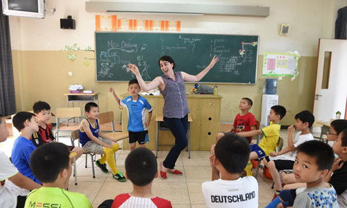 Foreigners cash in on teaching English in Vietnam