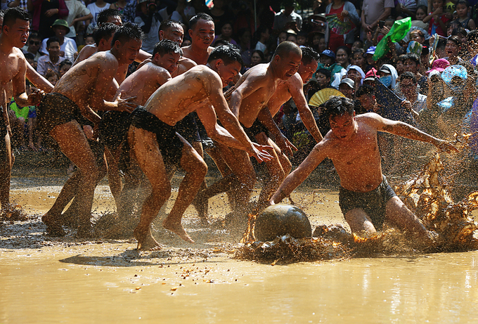 Natgeo names Vietnam's mud ball wrestling festival among world's 25 unique traditions