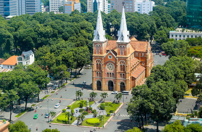 New flower garden adds flourishing charm to Saigons famous cathedral - 8