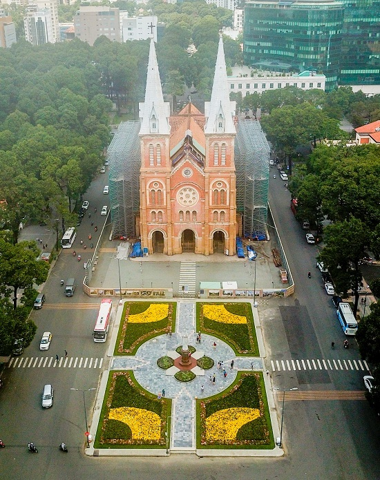 New flower garden adds flourishing charm to Saigons famous cathedral - 1