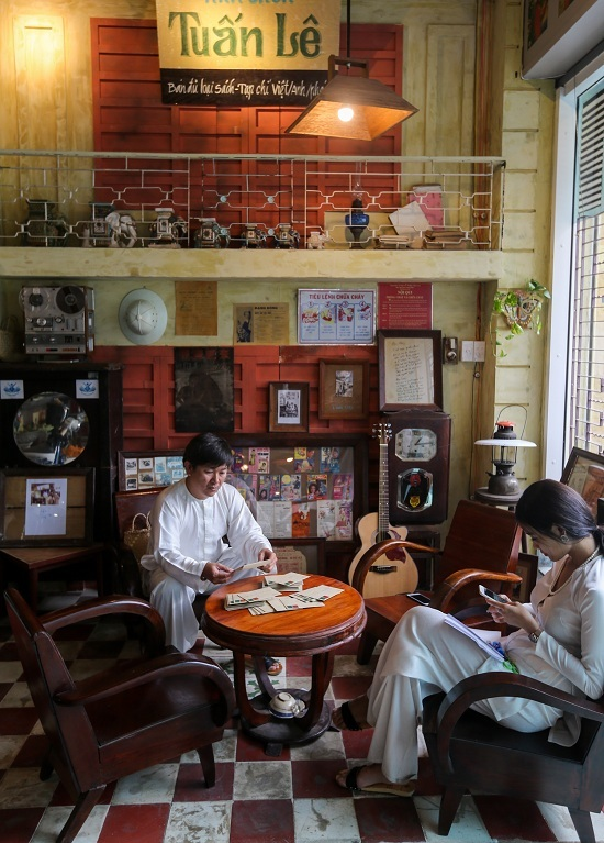 A Saigon café where a thousand things can talk to you - 1