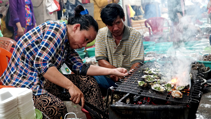Seafood gets fresh in a Saigon suburb - 2