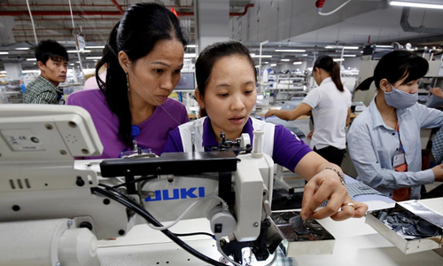 Vietnamese firms can and should buy into FDI peers, PM says