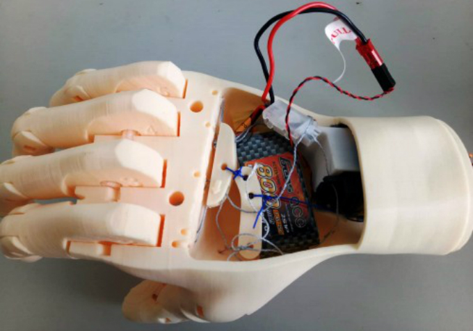 The robotic hand has microchip and servo motor inside. Photo coutersy of VnExpress/ Thach Thao.
