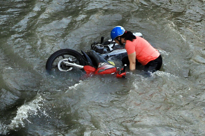 Life goes on as high tide floods Saigon without fail - 1