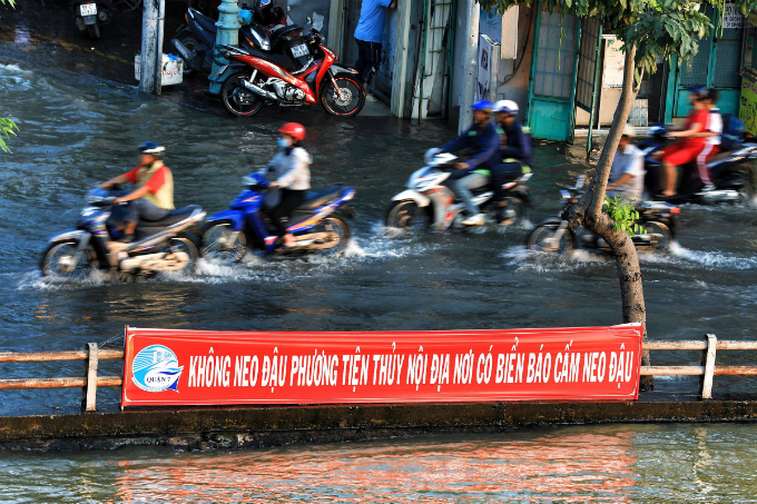 Life goes on as high tide floods Saigon without fail - 2