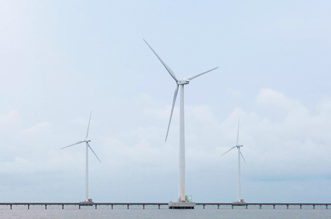 Visitors enjoy the breeze at Vietnams first and biggest wind farm - 3