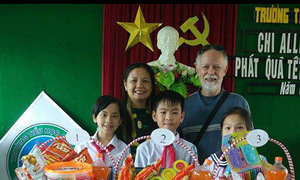 Australian veteran, wife send poor children in Hoi An to school