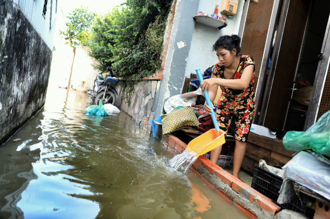 Life goes on as high tide floods Saigon without fail - 7