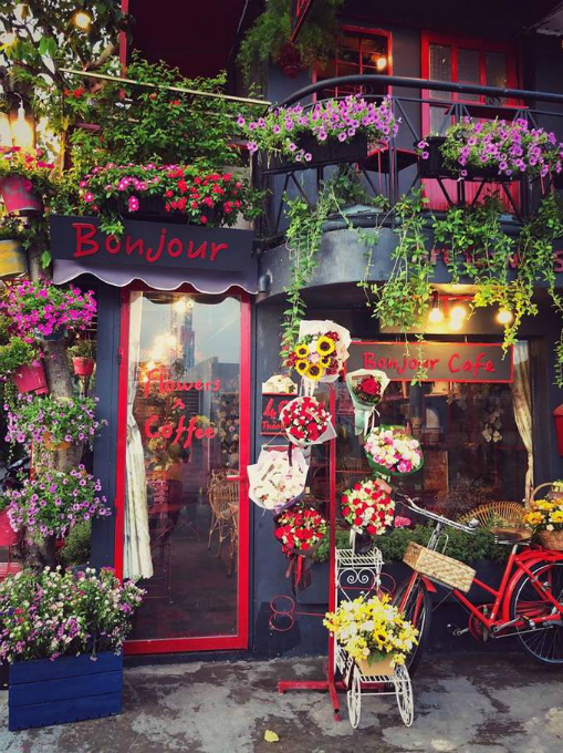 A Saigon cafe greets guests with bouquets - 1