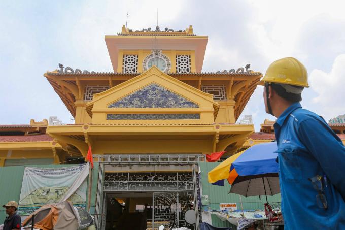 Work speeds up on Saigons iconic Chinatown market - 1