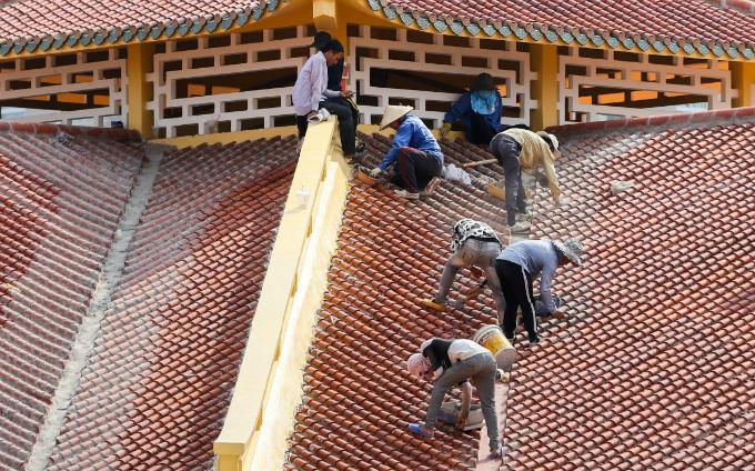 Work speeds up on Saigons iconic Chinatown market - 4