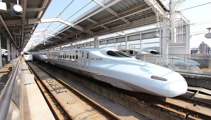 Vietnam should prioritize local factories, labor for high-speed railway: senior officials
