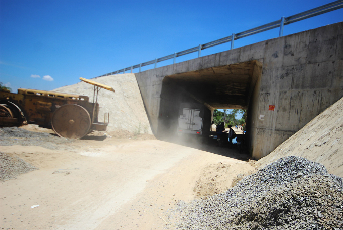 Central Vietnam expressway traversed a rough path, remains rough - 3