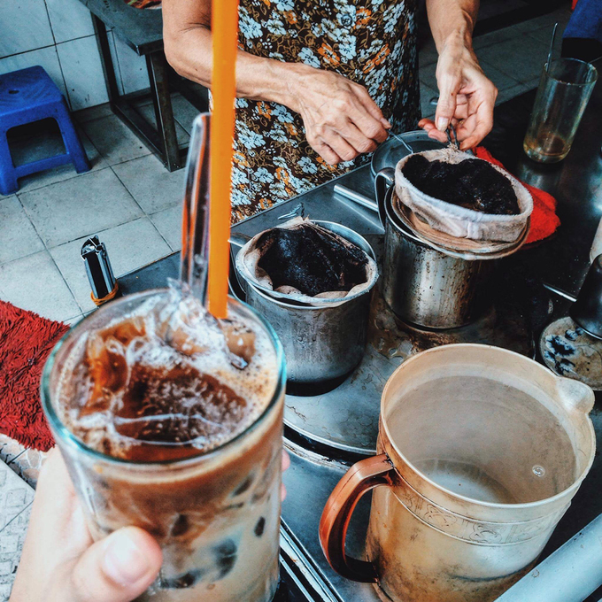 Veteran Saigon coffee shops offer a slow, easy start  - 1